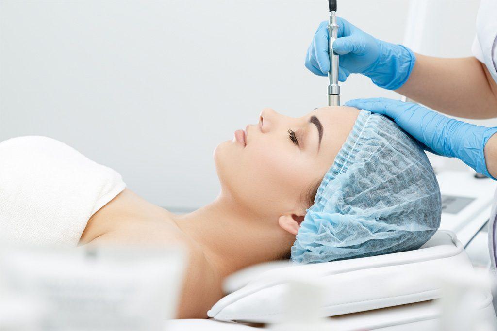 Paziente sottoposta a trattamento di ringiovanimento facciale